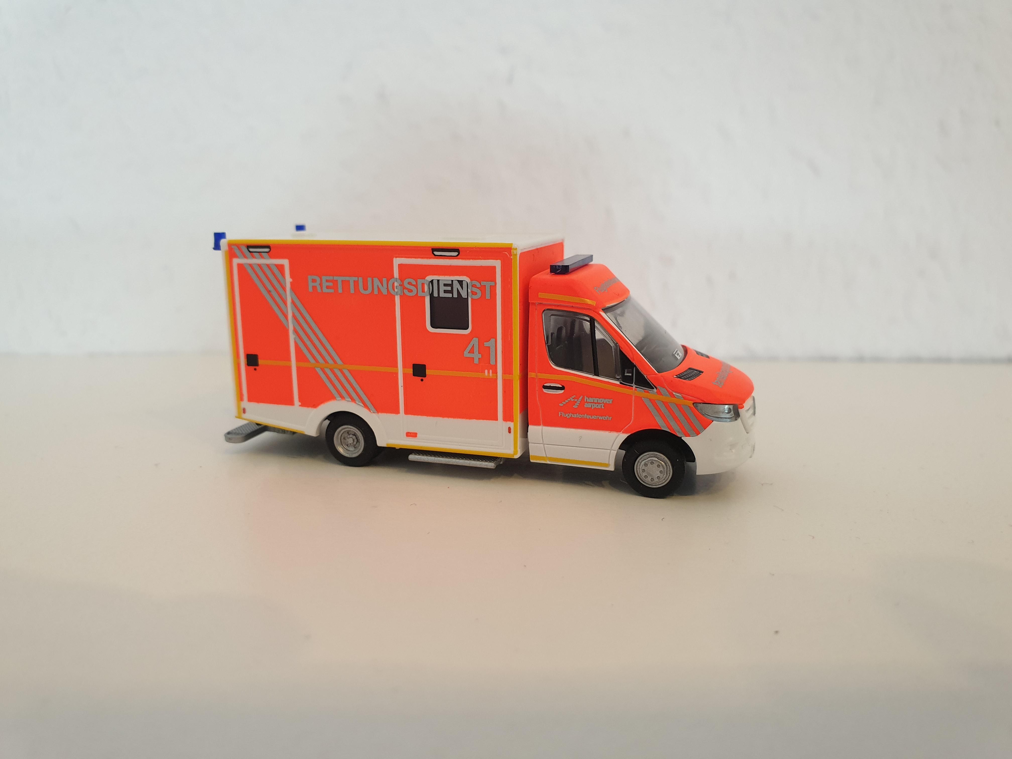 Rietze MB Sprinter 18 WAS Koffer RTW Feuerwehr Flughafen Hannover, Sondermodell