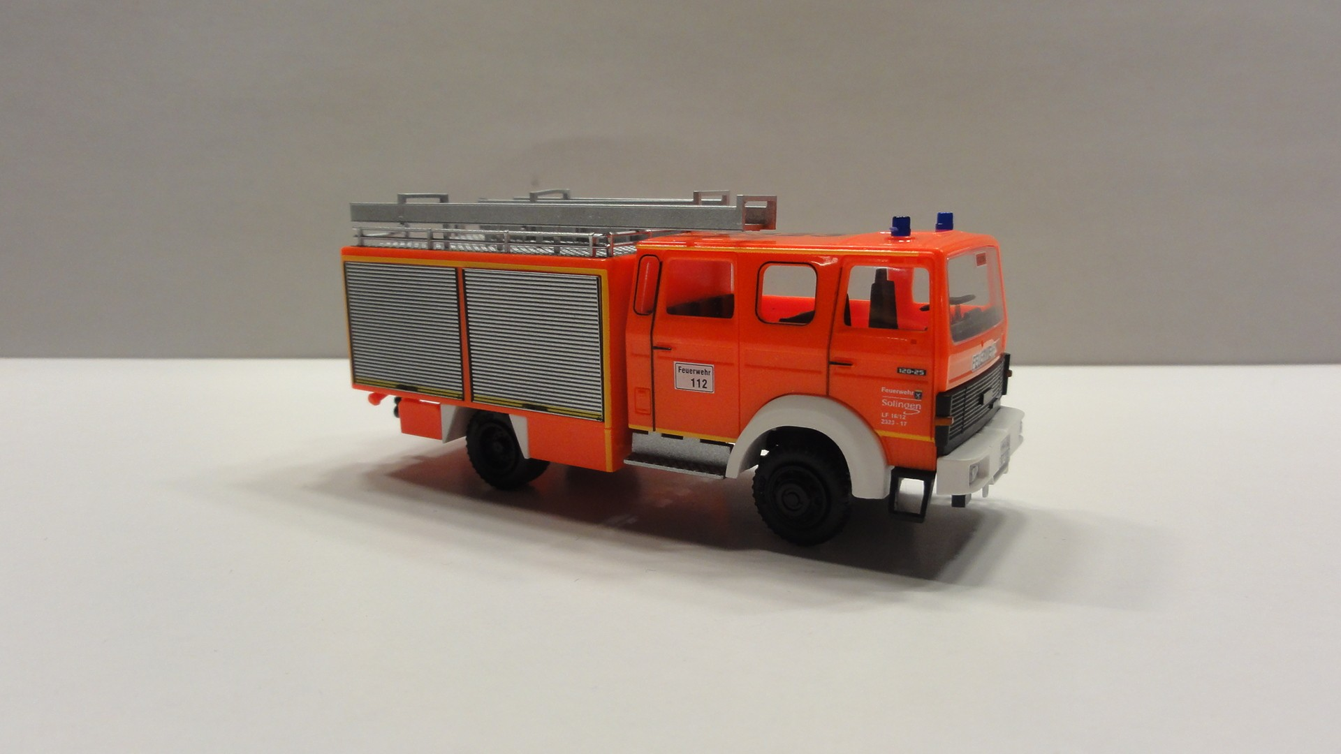 Rietze IVECO MK 120-23 LF 16/12 Feuerwehr Solingen - LE 7 Wald in RAL 3024