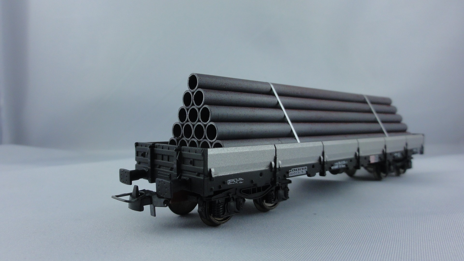 Os.Kar  DB Remms Flachwagen beladen mit Stahlrohren