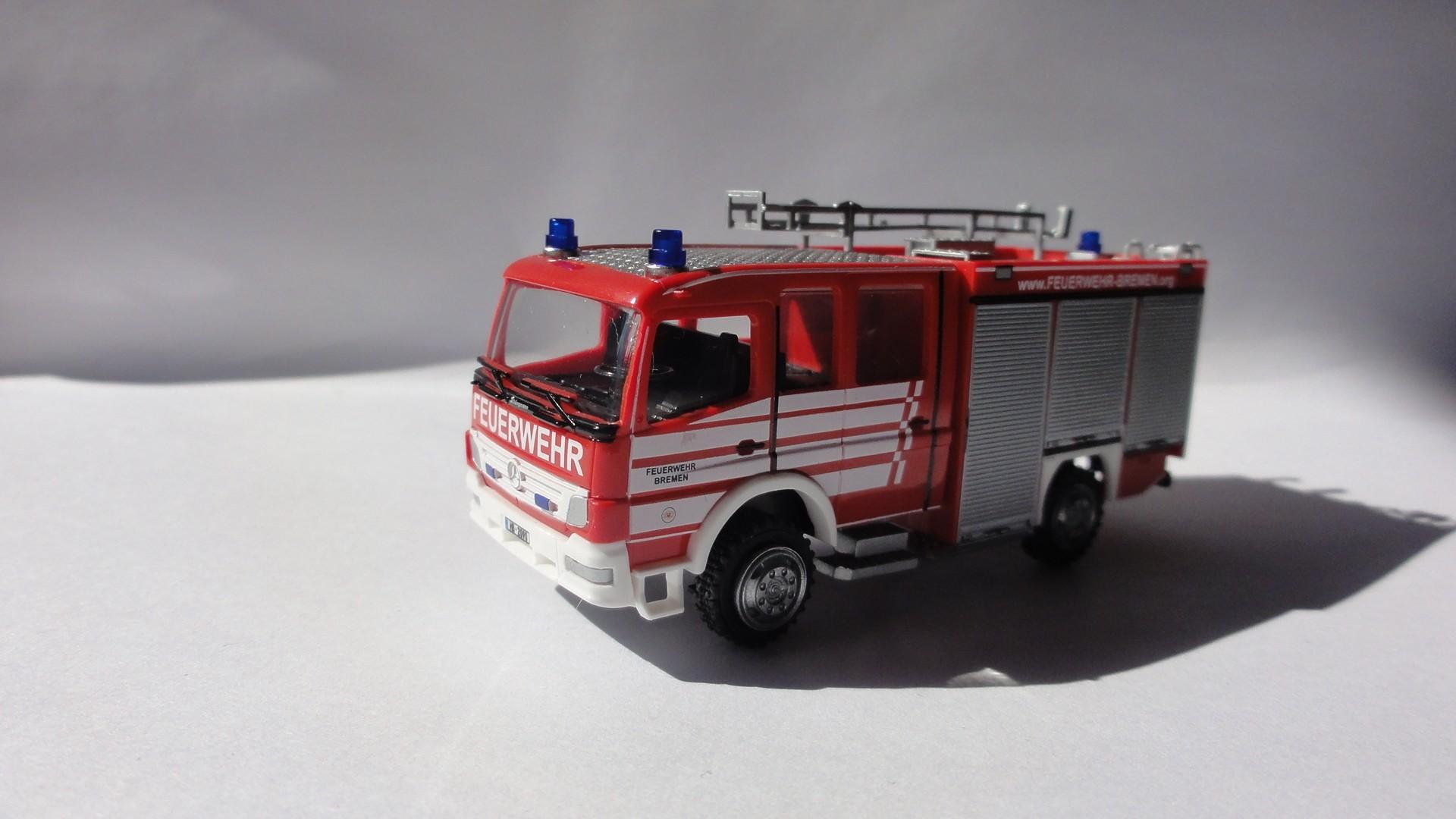 Rietze MB Atego 04 LF 10/6 Feuerwehr Bremen Strom HB-2090